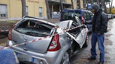 Maltempo, albero cade su un'auto di fronte una scuola