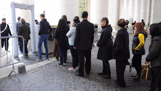 Terrorismo, San Pietro blindata per l'Angelus: lunghe file per entrare, in piazza 30mila fedeli