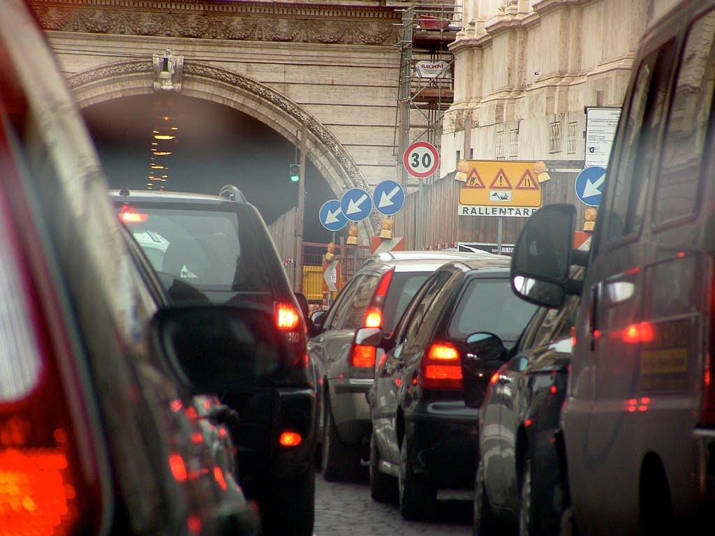 Smog, lunedì ancora uno stop per i veicoli più inquinanti. Verdi: