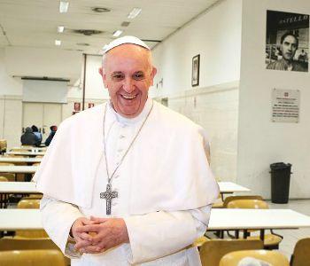 Giubileo, il Papa apre la porta dell'ostello della carità a Termini
