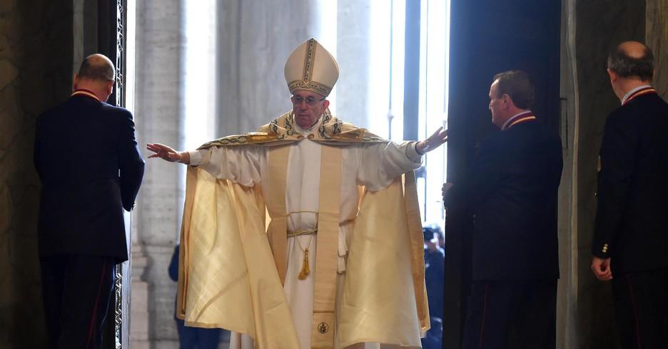 """Giubileo - Papa Francesco ha aperto la Porta Santa: """"Abbandoniamo la paura, viviamo la gioia"""