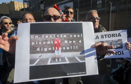 Giubileo, gli urtisti in protesta al Colosseo bloccano un ingresso: