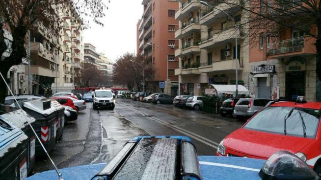 Fuga di gas dai tombini: chiusa la strada ed evacuati palazzi e negozi. I tecnici: