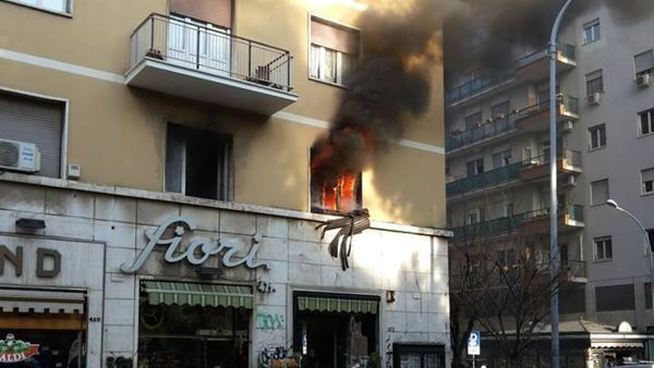 Appartamento in fiamme: muore una anziana, palazzo evacuato ma nessun intossicato
