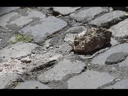 Balduina, cadono pezzi di intonaco: nessun ferito ma area transennata