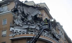 Crollo Flaminio, si indaga contro ignoti e i condomini rivogliono la casa: anticiperanno i costi