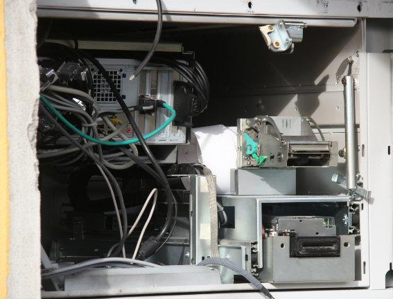 Fanno esplodere un bancomat: indagini della polizia
