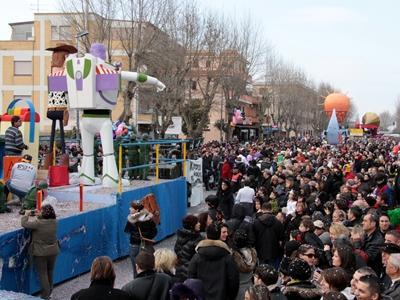 Carnevale, a Fiumicino sfilano i carri allegorici