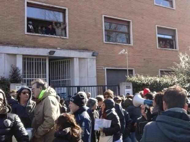 Casa, occupazione lampo di Action e scontri con la polizia