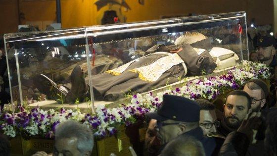 Giubileo, lunghe file per Padre Pio: persone in coda dalla notte. Il Santo arrivato in Vaticano