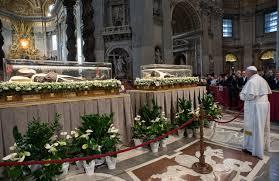 Il Papa in preghiera davanti alle spoglie di San Pio e Leopoldo