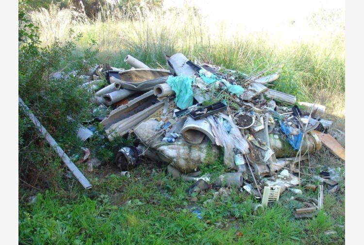 Latina, rifiuti speciali in due aree dei giardini di Ninfa: sequestrate