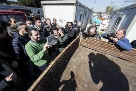 Comunali, Salvini al campo rom e Bertolaso contro il degrado: sfida a chi è più a destra