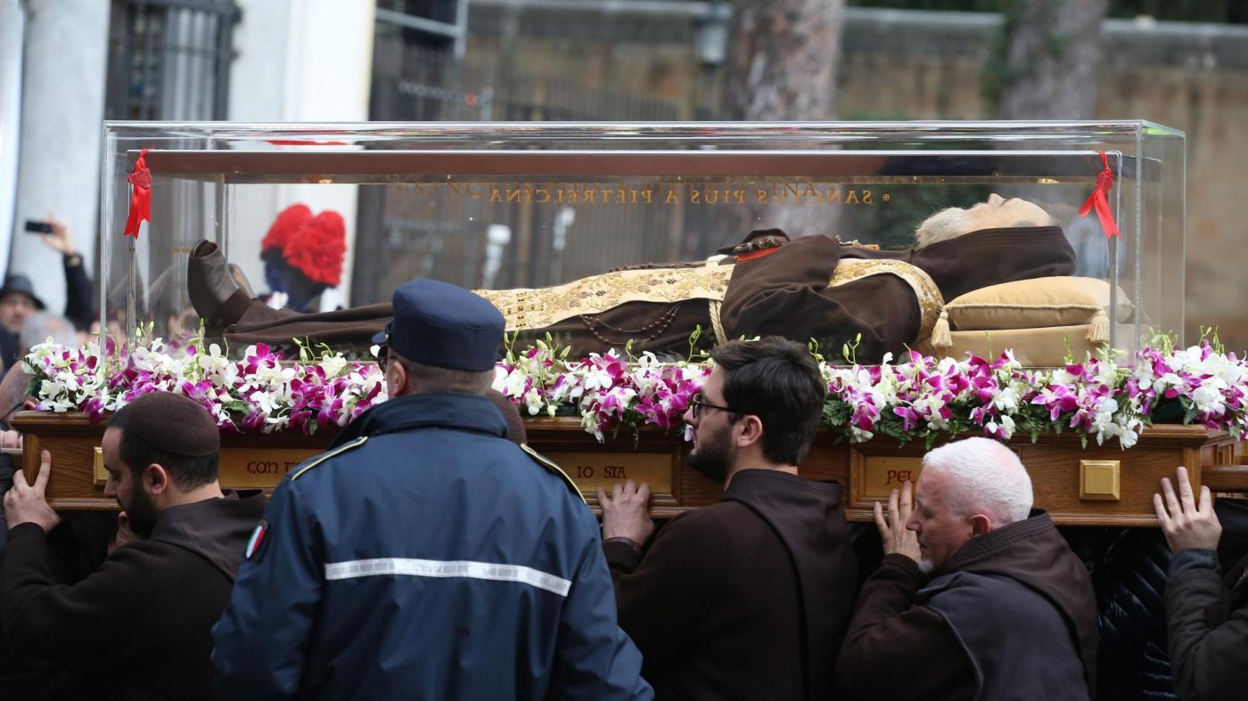 Giubileo, a Roma le spoglie di Padre Pio: il Santo accolto da una folla di fedeli. Oltre un'ora di a...