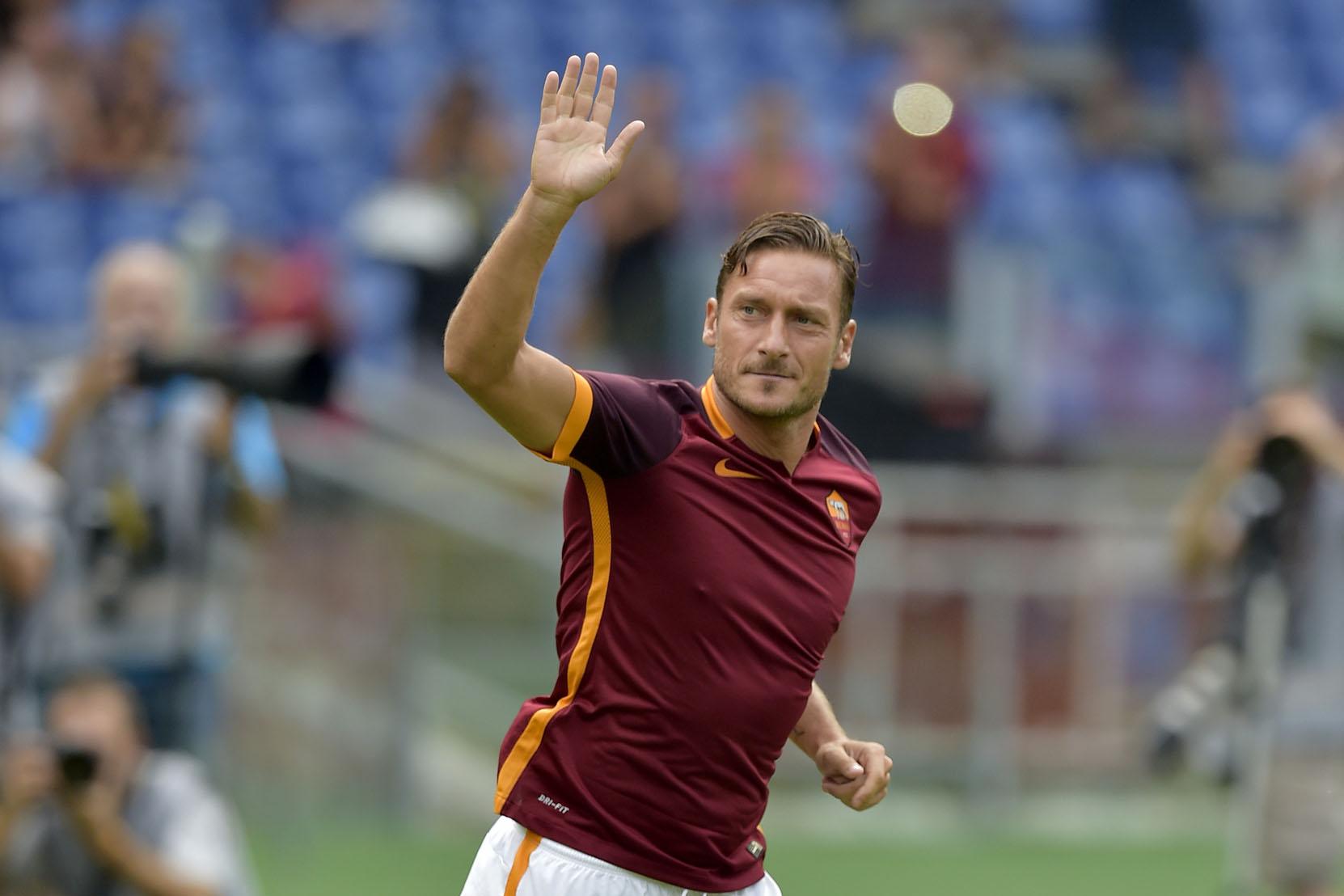 Totti gol, il capitano della Roma riunisce il Pd
