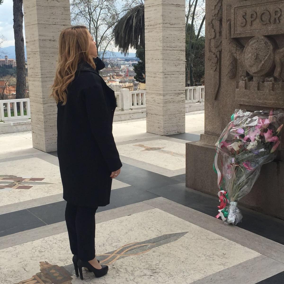 Meloni, primo giorno da candidato sindaco alla tomba di Mameli. Storace: