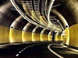 Galleria Giovanni XXXIII, chiuso il tunnel e un incidente: traffico in tilt
