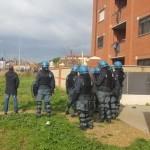 Borghesiana, contro il tentativo di sfratto inquilini barricati in casa