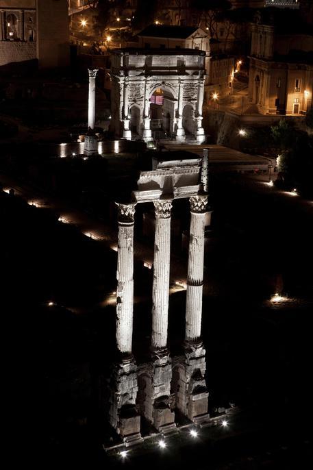 Il Foro Romano si mostra al chiaro di luna