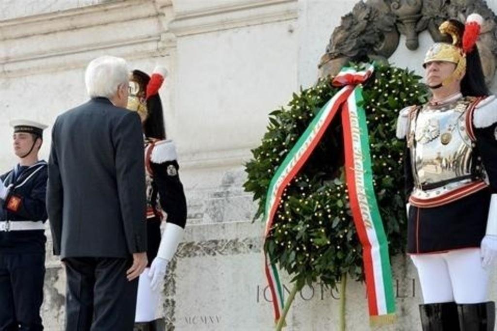 25 Aprile, Mattarella e Renzi all'Altare della Patria. La comunità ebraica diserta il corteo