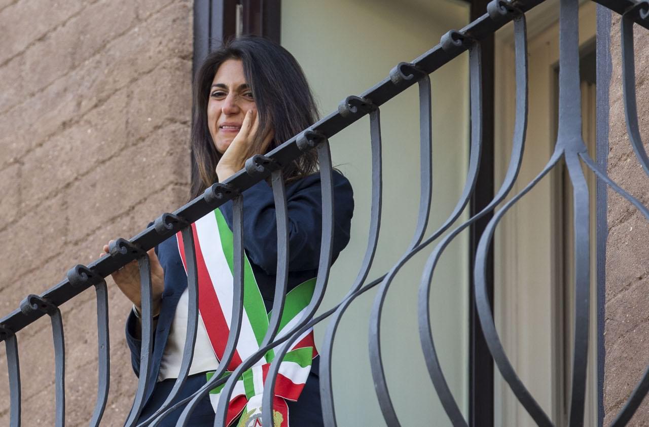 Virginia Raggi in Campidoglio, emozione e lacrime.