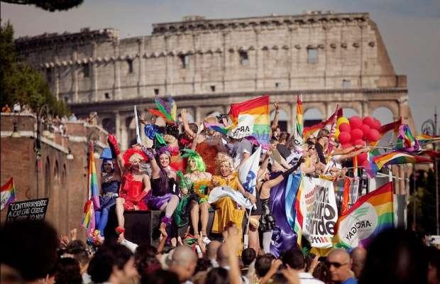 Oggi a Roma il Gay Pride: sfila l'orgoglio omosessuale. In 700mila sui carri arcobaleno
