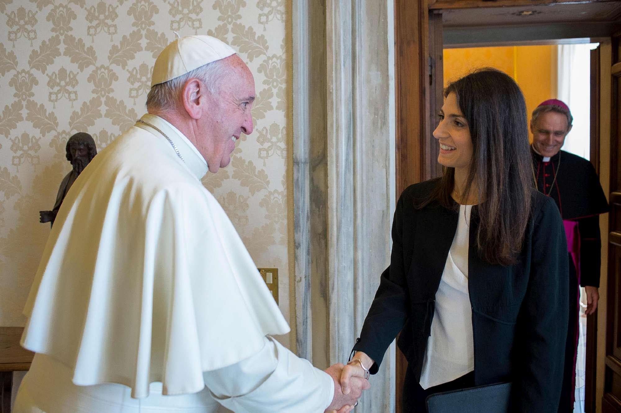 Il Vaticano insiste: Roma è stressata, il Campidoglio non interviene