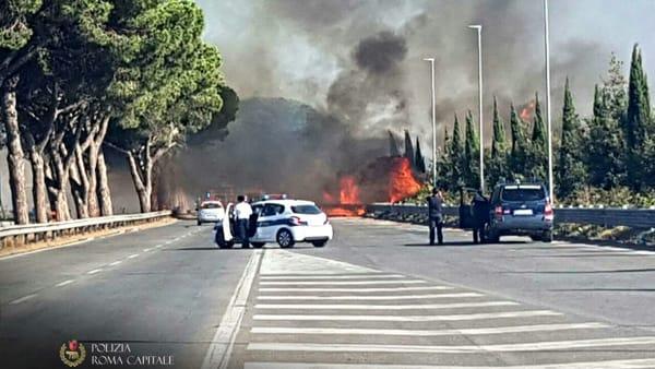 Ancora un incendio sulla Pontina. E le fiamme divampano anche sulla Roma-Civitavecchia