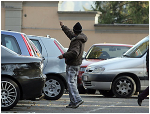 Fdi-An denuncia: immigrati ospiti della Cri come parcheggiatori abusivi
