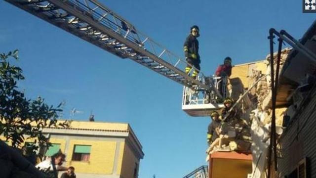 Acilia, crollo palazzina: i soccorsi scavano tra le macerie - VIDEO