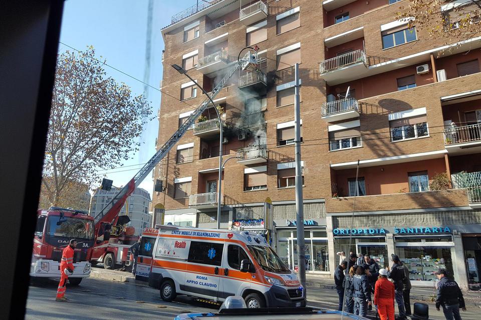 Incendio nella casa di Isabella Biagini, palazzo evacuato: doveva essere sfrattata