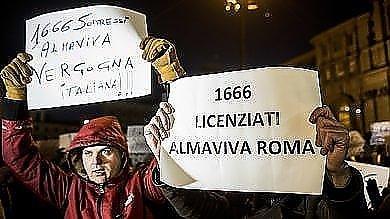 La protesta dei licenziati di Almaviva durante la sfilata dei re Magi