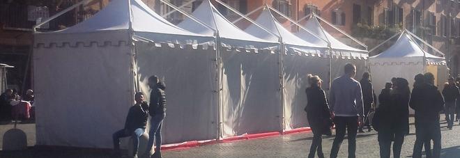 Stand chiusi o vuoti, festival di abusivi, Piazza Navona stringe il cuore