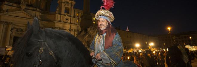 Re Magi sfilano tra i banchi chiusi a piazza Navona