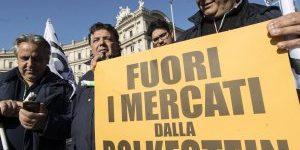 """Ambulanti in piazza a Roma: """"Subito il blocco dei nuovi bandi"""""""