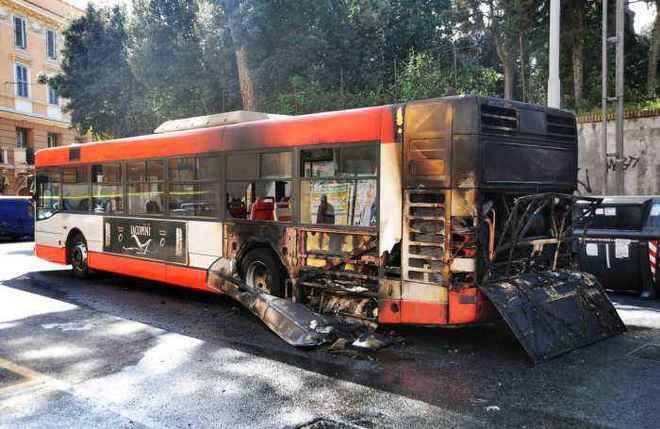 TUSCOLANA - Un altro bus prende fuoco