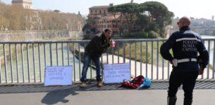 Un uomo tenta di darsi fuoco su ponte Garibaldi
