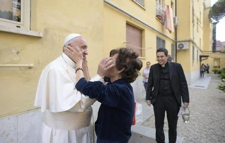 OSTIA – Papa Francesco come parroco, benedice le case