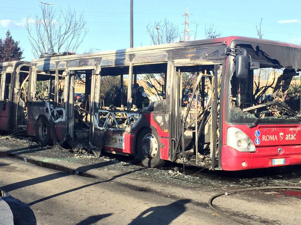 ANAGNINA - Bus in fiamme