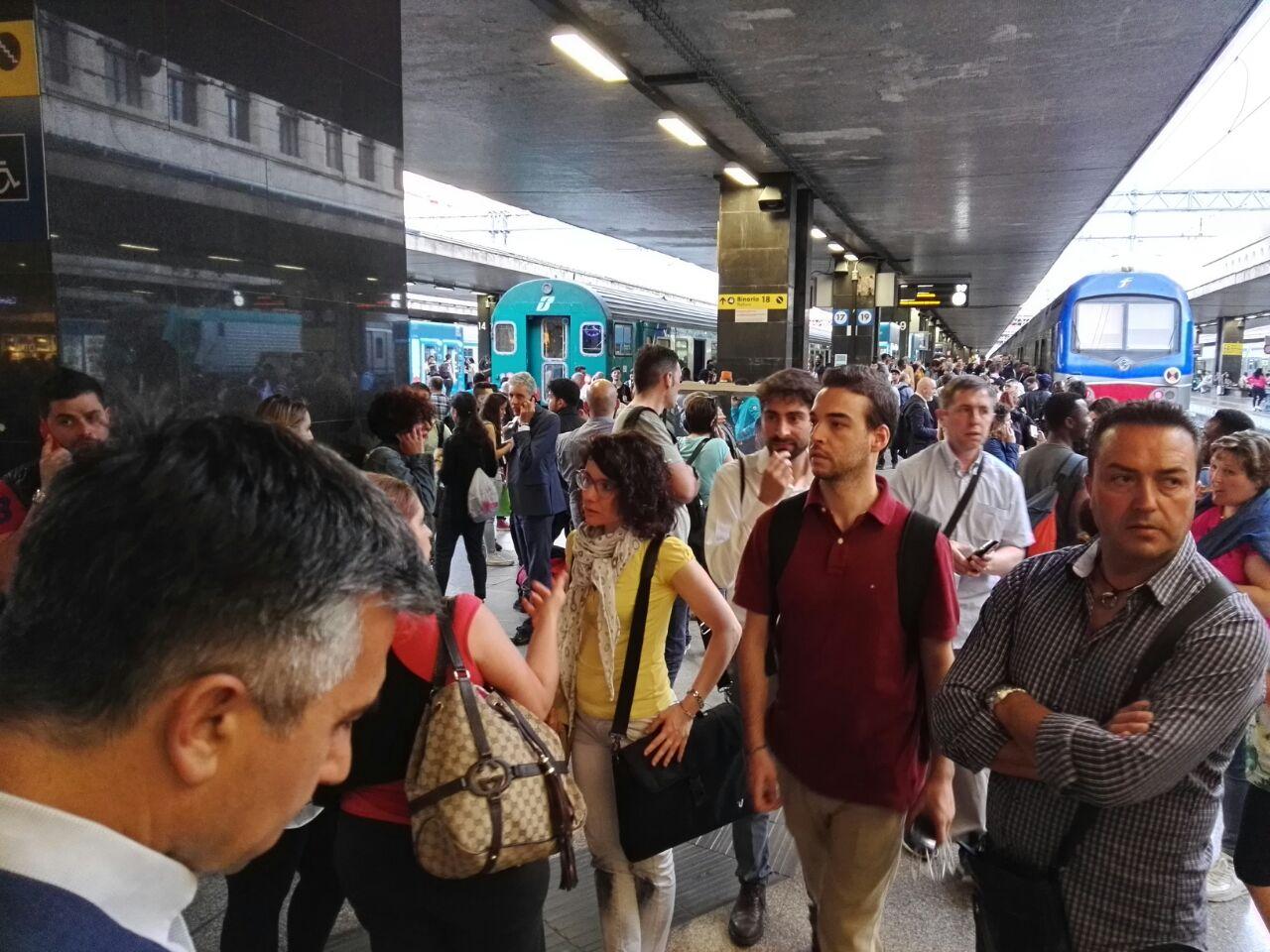 TERMINI Stazione in tilt, tabelloni spenti, treni bloccati