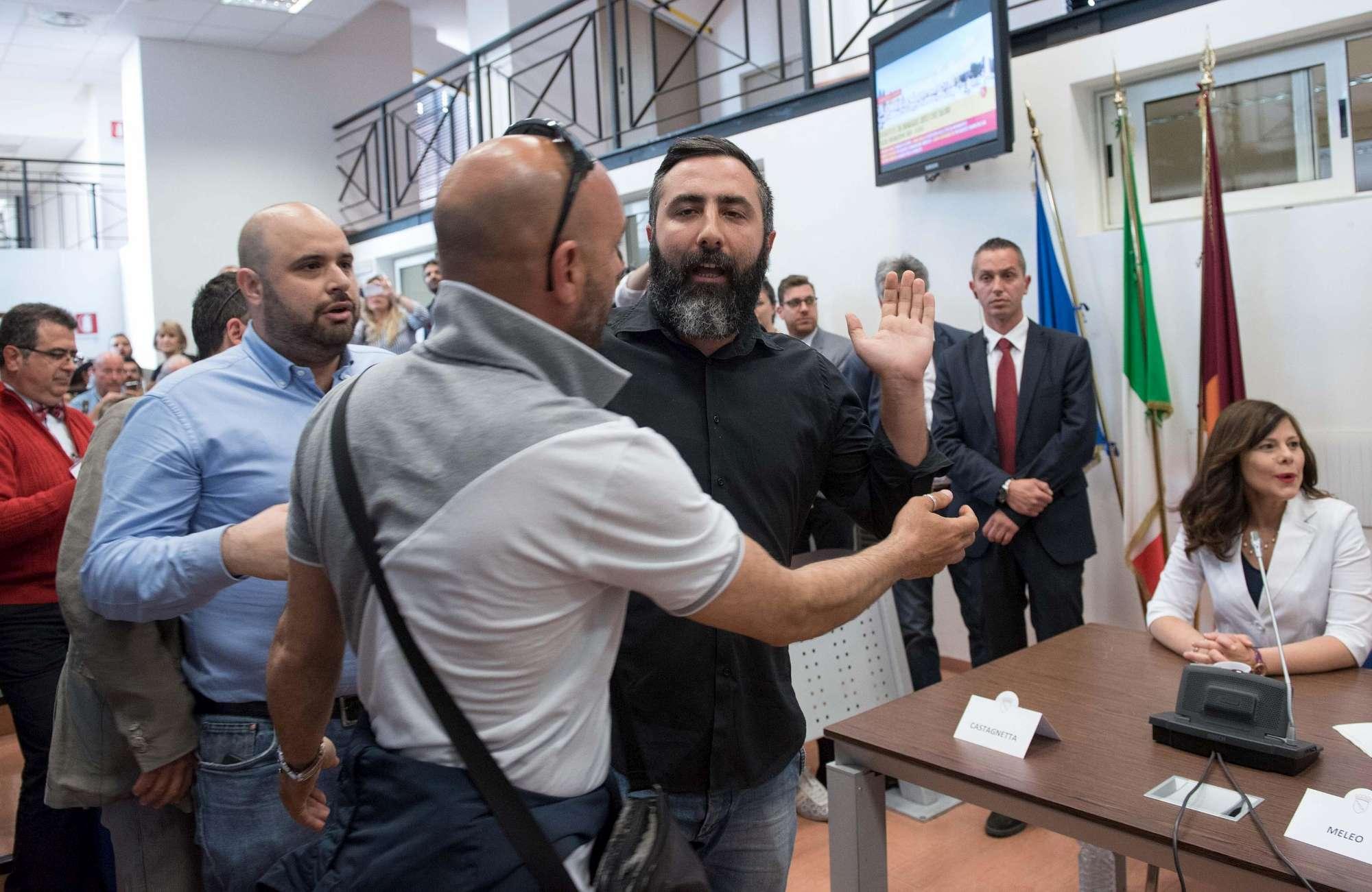 RAGGI DIMETTITIBlitz di CasaPound: il sindaco lascia la sala