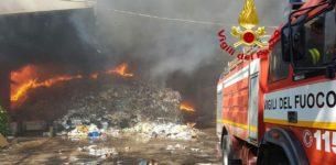 Incendio in deposito materiale per riciclo<br> in via Pontina tra Roma e Pomezia