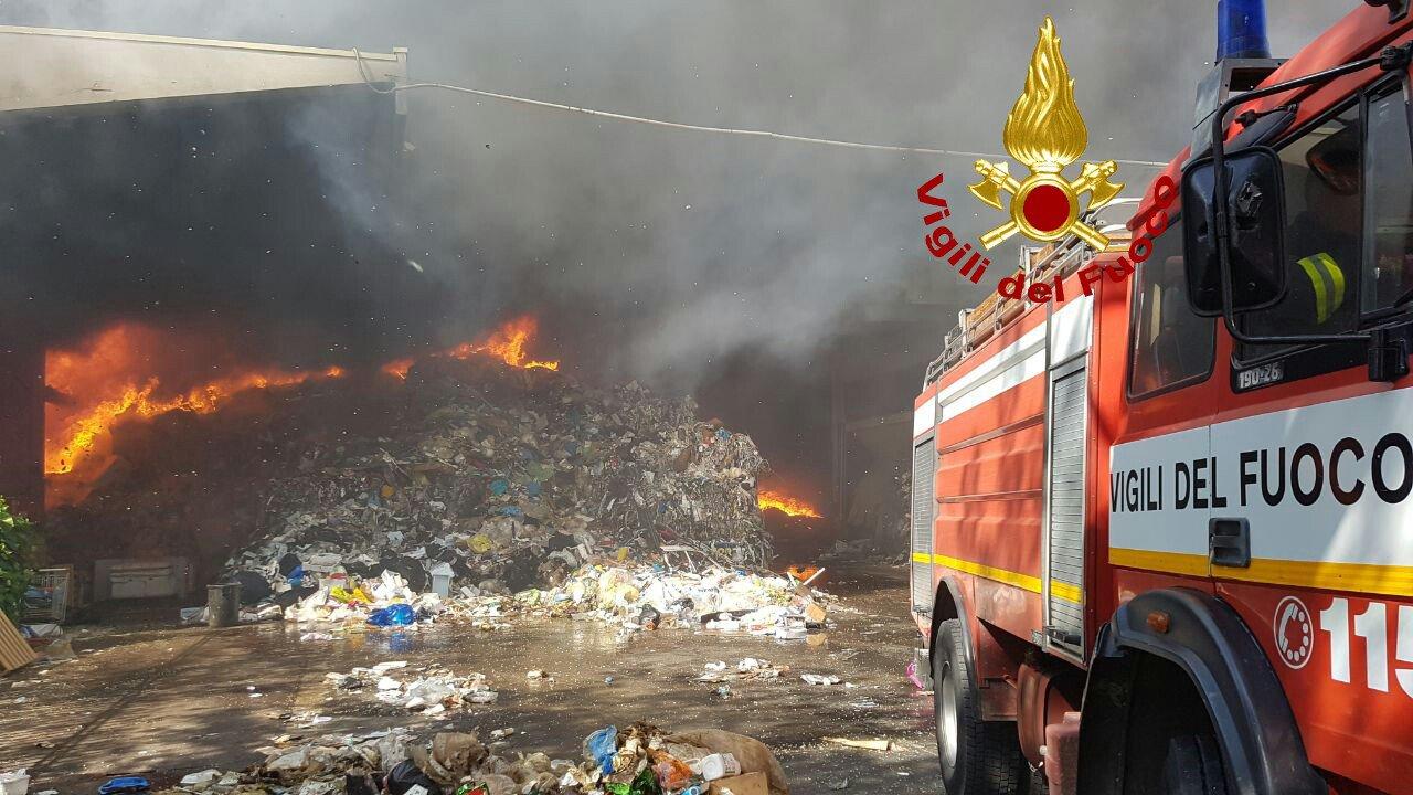 Incendio in deposito materiale per riciclo in via Pontina tra Roma e Pomezia