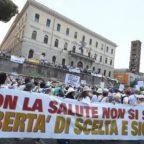 Vaccini: corteo 'no vax' a Roma, 'libertà di scelta'