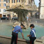 BARBERINI - Ruba monete nella fontana del Tritone. Bloccato da due carabinieri