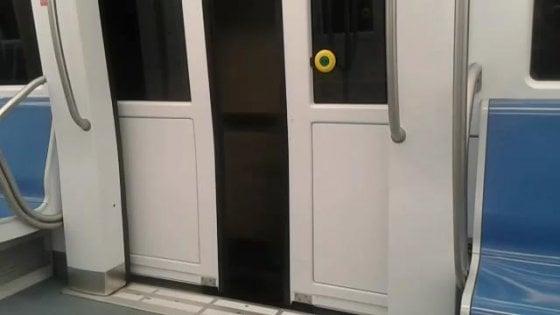 A Roma la metro corre a porte aperte