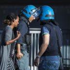 PIAZZA INDIPENDENZA - Sgombero dei migranti, quasi guerriglia urbana