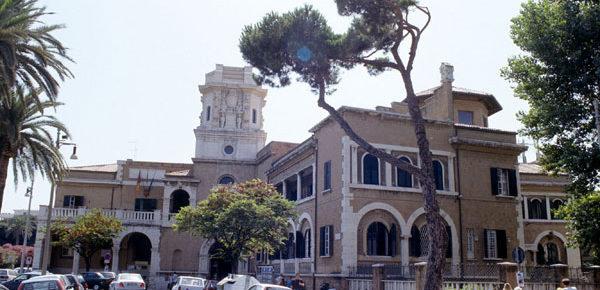Ostia, i grillini vogliono il Municipio ma un ex parroco vuole bloccarli