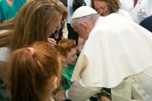 Roma, Papa Francesco visita a sorpresa i malati del Santa Lucia Irccrs