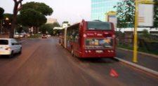 Atac allo sfascio, i bus guasti fermi per strada. Nessuno li recupera